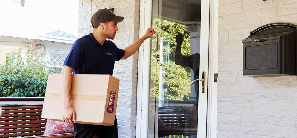 Hombre entregando un paquete