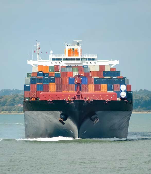 Barco transportando carga
