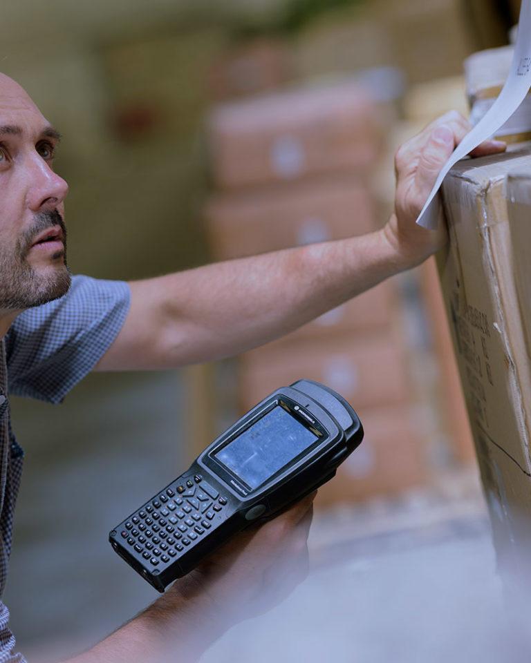 Hombre revisando el estado del paquete recibido