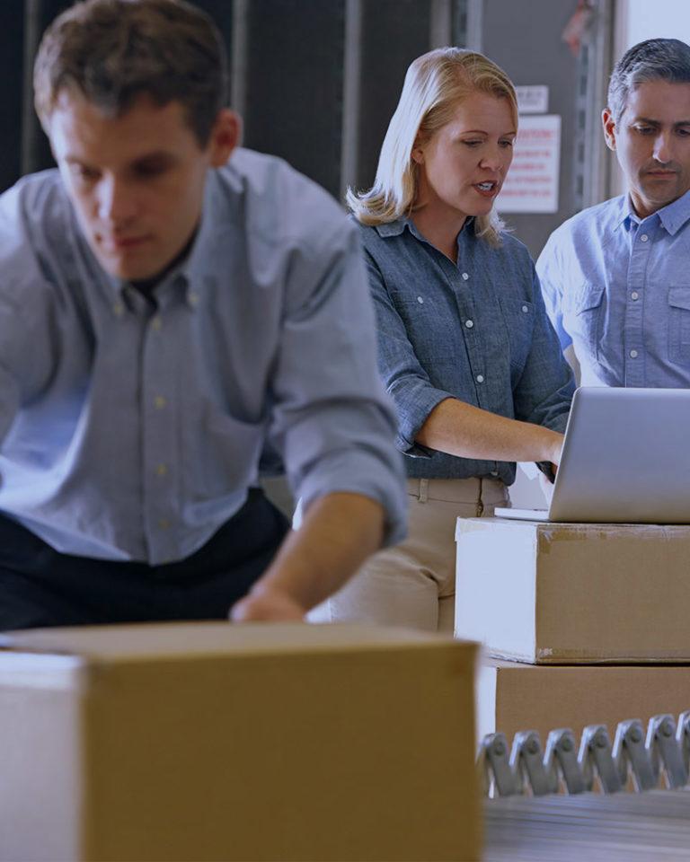 Personas checando los paquetes a enviar